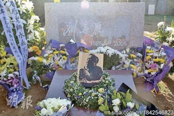 Liu Binyan's tombstone, sans inscription. His ashes were returned to China recently, but the authorities did not allow his final words to appear on his grave.  (Internet photo)